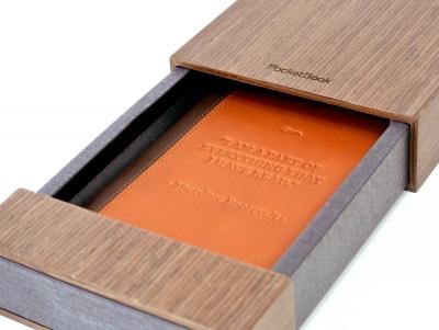 Der Touch Lux LE wird in einem Holzkästchen geliefert und ist bereits in ein Ledercover gewandet
